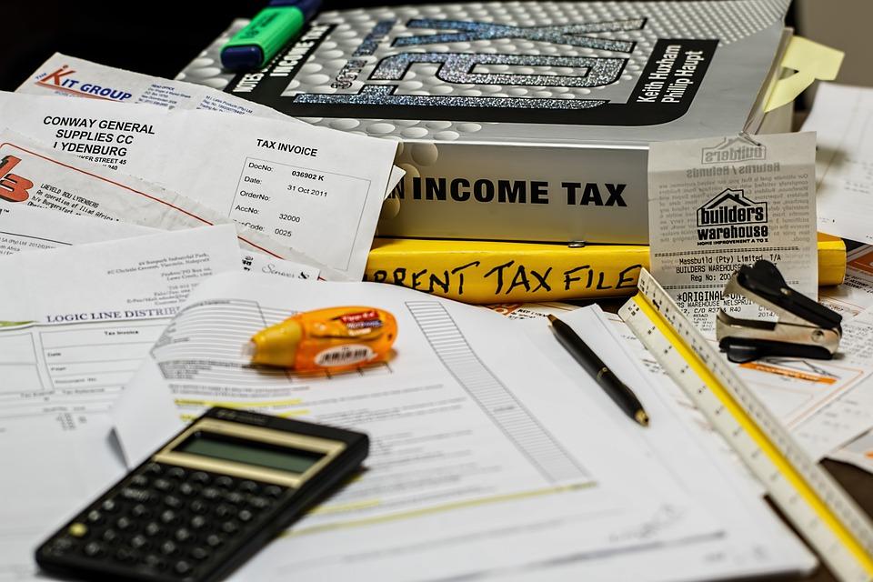 Burza wokół podatku u źródła – ministerstwo kolejny raz odracza zmiany